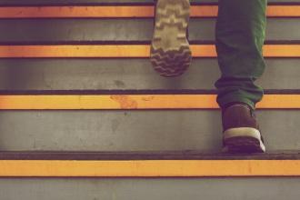 voeten op trap